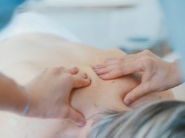 masaj spate de femeie