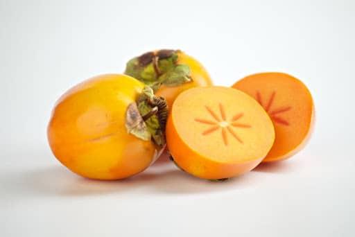 Fructe de kaki intregi si taiate