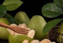 fructe de pomelo intregi și curățate